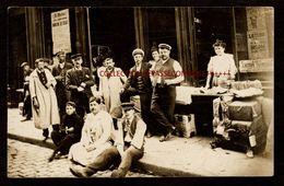 """TOP INEDIT LYON - CRIEURS DE JOURNAUX DU QUOTIDIEN """"LE JOURNAL"""" AVANT LA DISTRIBUTION DEVANT LE DEPOT DE PRESSE EN 1908 - Autres"""
