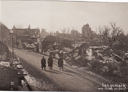 Photo 1917 LANGEMARK-POELKAPELLE - Soldats Allemands Dans Une Rue (A183, Ww1, Wk 1) - Langemark-Poelkapelle