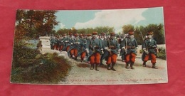 L'Armée Française - Infanterie - Une Section En Marche : Tampon Au Dos  --------- 444 - Manoeuvres
