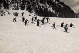Photo Originale Sports D'Hiver & Groupe De Skieurs Dans L'effort, Skis Parallèles Et Descente En Bande ! - Sporten