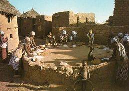 BURKINA FASO - EN PAYS MOSSI PRES DE OUAHIGOUYA - RYTHME SOURD DES MEULES... - CARTE COULEUR - NON  VOYAGEE - ANIMEE - Burkina Faso