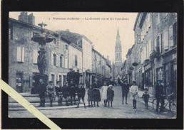 Ardeche - Vernoux - La Grande Rue Et Les Fontaines, Avec Plein D'enfants Qui Prennent La Pose ! - Vernoux