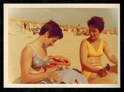 Photo 12 X 9 - Deux Femmes En Maillot De Bain Bikini Pin Up Sur La Plage Années 70 --- Del009 - Pin-up