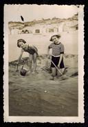 Photo 6 X 8.5 - Deux Enfants Fillettes Maillot De Bain Sur La Plage Années 30 --- Del018 - Photos