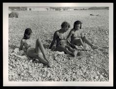 Photo 12 X 9 - Trois Femmes En Maillot De Bain Bikini Pin Up à La Plage Années 60 --- Del035 - Pin-ups