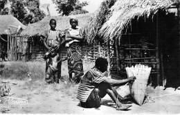 CONGO ( Ex Français ) Région De BRAZZAVILLE ( Scène De Vie ) Village Des Vanniers - CPSM Dentelée PF  - Kongo - Brazzaville