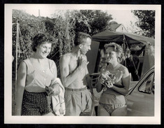 Photo 12 X 9 - Camping Homme Torse Nu Avec Deux Femmes Années 60 --- Del044 - Anonymous Persons
