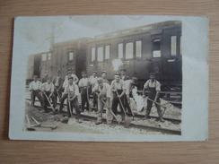 CPA PHOTO CHEMINOTS TRAIN - Trains