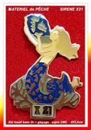 SUPER PIN'S PÊCHE : SIRENE X21, Matériel De Pêche, En émail Base Or + Glaçage, Signé CMC, Format 4X2,8cm - Associations