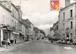 CPSM Dentellée - AVALLON (89) - Aspect De La Rue De Lyon Et De L'Hôtel-Restaurant Du Commerce En 1955 - Avallon