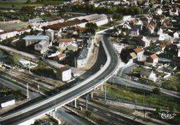 CPA Dentelée - LANDRECIES (59) - Vue Aérienne Du Bourg Et Du Pont Au-dessus De La Ligne De Chemin De Fer - Années 60 - Landrecies