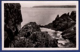 29 CLEDEN-CAP-SIZUN Baie Des Trépassés Et La Pointe Du Van Vues à Travers Les Rochers - Cléden-Cap-Sizun