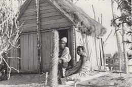 Afrique - Madagascar - Couple Village Maison - 1959 - Madagascar