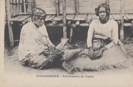 Afrique - Madagascar - Femmes Fabriquant Un Tapis - Madagascar