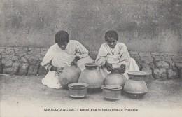 Afrique - Madagascar - Femmes Betsileos - Poterie - Madagascar