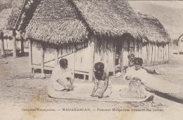 Afrique - Madagascar - Femmes Malgaches - Nattes Tapis - Madagascar