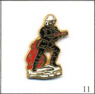 Pin's Pompiers - Pompier Avec Lance à Incendie. Estampillé Alpes Trophées. Zamac. T552-11 - Firemen