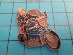 Pin912c  Pin's Pins / Rare Et De Belle Qualité MOTOS / MOTO GENDARMERIE EN LEGER RELIEF Par BALLARD - Motorräder