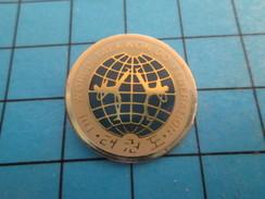 Pin912c  Pin's Pins / Rare Et De Belle Qualité SPORTS / FEDERATION MONDIALE DE TAEKWON-DO Mecs En Pyjama Quoi - Judo