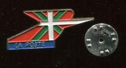 Pin's - LA POSTE Pays Basque DRAPEAU - Mail Services