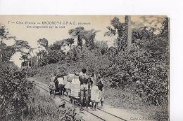COTE D IVOIRE / KROOBOYS POUSSANT DES WAGONNETS - Côte-d'Ivoire