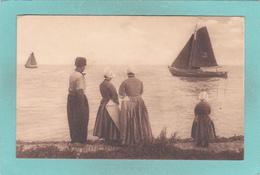 Old Postcard Of Going Out Fishing.Volendam, North Holland, Netherlands,V39. - Volendam