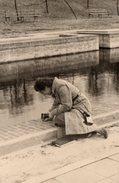 Photo Originale Photographe Amateur Femme - Attention Le Petit Oiseau Va Sortir De L'appareil à Soufflet Posé Au Sol - Personnes Anonymes
