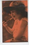 ENFANTS - LITTLE GIRL - MAEDCHEN - Jolie Carte Fantaisie Portrait Fillette Fumant La Pipe - Portraits