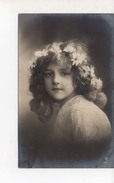 Grete Reinwald Belle Robeet Fleurs Dans Cheveux - Portraits
