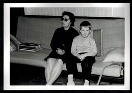 Photo 12 X 9 - Femme Et Enfant Assis Sur Un Canapé Années 60 --- Del084 - Photos