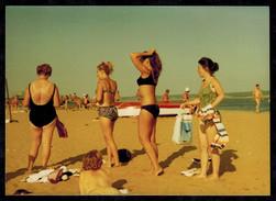 Photo 12 X 9 - Quatre Femmes En Maillot De Bain Pin Up à La Plage En 1970 --- Del097 - Pin-up