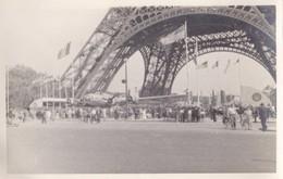 Photo Ancienne  Avion Libération De Paris Exposition 1945  Tour Eiffel - Aviation