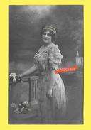Carte Fantaisie 1912 FEMME Thème Mode - CHEVEUX COIFFURE - Edit AU COQ 014 - Fleur - Femmes