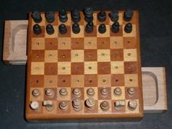 Rare Jeu D'échecs Miniature En Bois échiquier De Voyage Pièces Pions, Tiroirs à Système - Jeux De Société