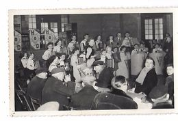 Photo Des Années 40/50 - ORCHESTRE D'UNE ECOLE  D'ACCORDEONS Sur La Scène On Lit H.o.D Et Sur Les Pupitres J.A. - Photographs