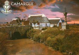 CPM - F - CAMARGUE - LE LONG D'UN CANAL OU ROUBINE MAISONS CAMARGUAISES COUVERTES EN CHAUME DE ROSEAUX CROIX DE GARDIAN - Francia