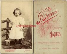 CDV -petite Fille Et Son Seau De Plage-photographe F. Pervez Rue Contrescarpe à Nantes - Old (before 1900)