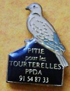 107) .....ORNITHOLOGIE...OISEAUX..//...........PITIE POUR  LES TOURTERELLES - Pin's