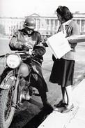 WW2 - Un Motocycliste Allemand Achète Son Journal à Paris - 1939-45