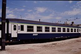 Photo Diapo Diapositive Slide Train Wagon Loco Locomotive Voiture Voyageurs SNCF De 2ème Classe Le 31/07/1996 VOIR ZOOM - Diapositives