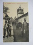 CAMBODGE  -  PHNOM-PENH   -   ELEPHANTS SE RENDANT A L'ECURIE    TRES ANIME       TTB - Cambodia