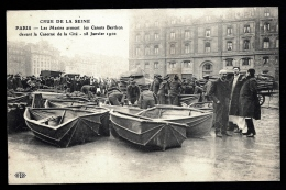 CPA ANCIENNE FRANCE- PARIS (75)- INONDATIONS 1910-  LES MARINS ARMENT LES CANOTS BERTHON- TRES BELLE ANIMATION GROS PLAN - De Overstroming Van 1910