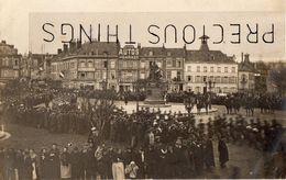 SAINT QUENTIN  02  CARTE PHOTO  MILITAIRE ET CIVILS  LE 8 MARS 1916 . LIRE CORRESPONDANCE - Saint Quentin
