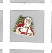 Pin's Fête,  PERE  NOËL  Avec  Sapin  Et  Cadeau - Christmas