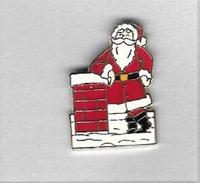 Pin's  Fête,  Père  Noël  Sur Un Toit à Coté D' Une Cheminée - Christmas