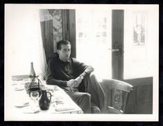 Photo 12 X 9 - Homme Assis à La Table D'un Bistrot Bar En 1960 --- Del144 - Non Classés