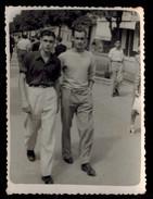 Photo 9 X 6.5 - Deux Beaux Garçons Jeunes Hommes En Train De Marcher Dans La Rue Années 40 --- Del150 - Photos