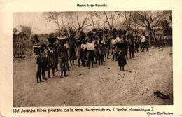 MOZAMBIQUE - MISSION SUISSE ROMANDE - JEUNES FILLES PORTANT DE LA TERRE DE TERMITIERES - TEMBE - Mozambique