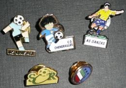 Lot De 5 Pin's épinglettes Sur Le Thème Du Football Clubs De Foot Footballeurs, Sport Ballon, SOR Romorantin Danzas - Badges