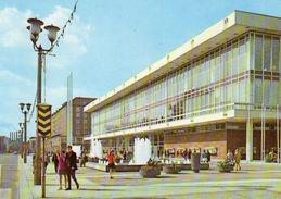 """BRD- Sachsen: 01 Xxx  Dresden, Kulturpalast ; Davor Altes Verkehrszeichen """"Fußgängerüberweg"""" - Ansichtskarten"""